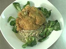 Kuřecí stehenní řízečky servírujte se smetanovou žampionovou omáčkou a čerstvým polníčkem.